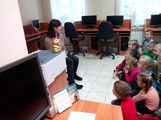 Pani Olga opowiada dzieciom o kotku Maneki-Neko