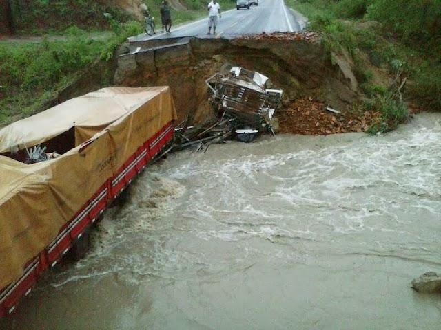 Chuva destrói ponte, caminhões são engolidos por cratera e três pessoas morrem