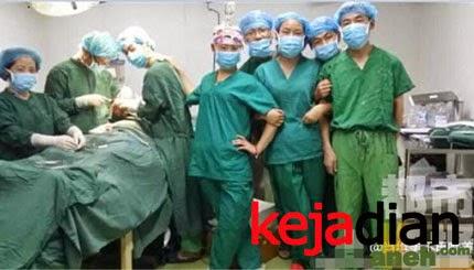 Dokter Bedah Berpose Saat Operasi Pasien