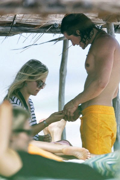 Orlando Bloom on vacation in Mexico with an unknown blonde