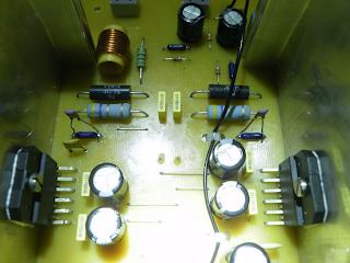 Placa modificada. Note os condensadores soldados em paralelo com os resistores na malha de realimentação.
