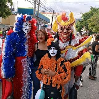 Maestra Bianca Domínguez destaca belleza y colorido carnaval de Cambita