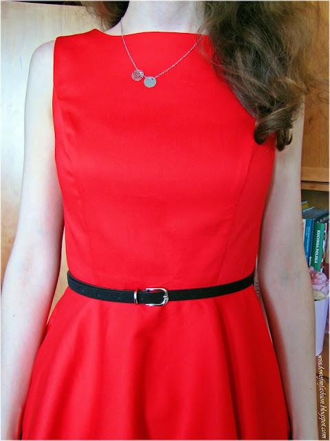 Srebrny naszyjnik celebrytka, czarny pasek ze srebrną sprzączką, czerwona sukienka