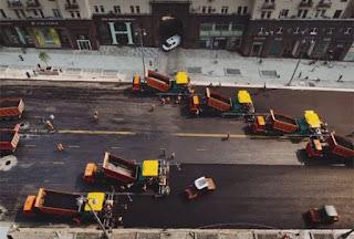 Δείτε πώς στρώνουν άσφαλτο σε δρόμο σε χρόνο ρεκόρ!