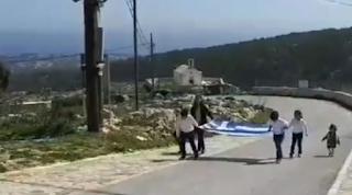 Παρέλαση στη Γαύδο: Μία τεράστια ελληνική σημαία και τρεις μαθητές [βίντεο]