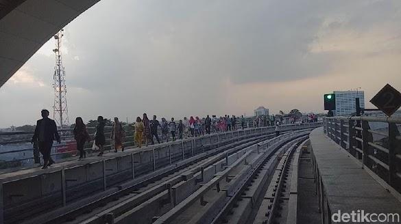 Kereta Lrt Palembang Mogok Lagi Penumpang Panik Dan Menangis