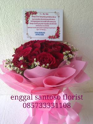 rangkaian bunga mawar merah untuk valentine day atau hari kasih sayang