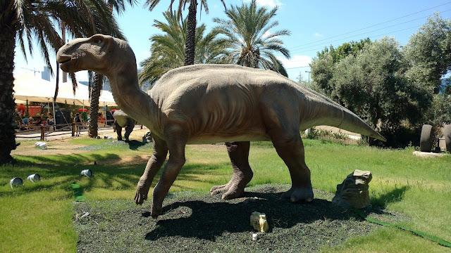 דינוזאור ענקי בתערוכה ברמת אביב