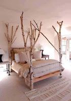Camas con decoraciones de ramas y troncos de madera