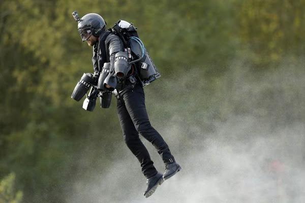 Ο άνθρωπος περπατάει, κολυμπάει και τώρα πετάει με το κοστούμι του Iron Man!