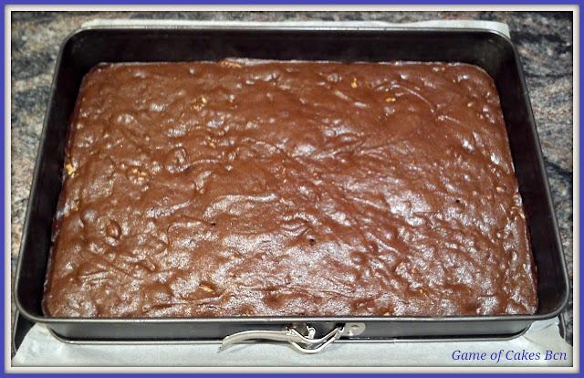 Brownie de chocolate y nueces recién salido del horno