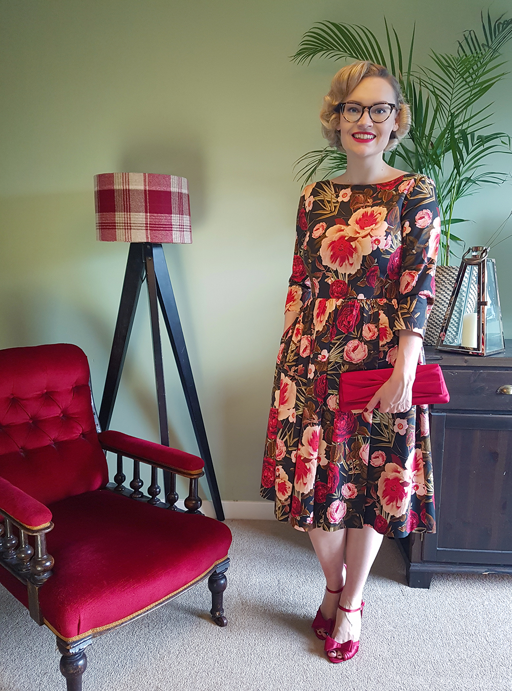 UK vintage fashion blogger Kimberley from Wardrobe Conversations wears a Betty Draper style printed dress from Hallhuber for an evening of cocktails