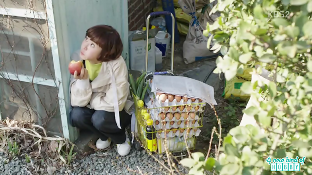 Seol Ok outside the house with her 5 tray eggs - Queen of Mystery: Episode 2