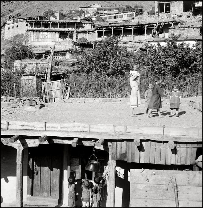 Крымскотатарские дети играют на крыше дома, 1943 год
