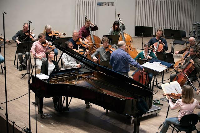 Clare Hammond, Nicholas McGegan & Swedish Chamber Orchestra (Photo © Ulla-Carin Ekblom)