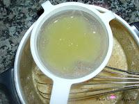 Añadiendo el zumo de limón colado