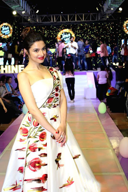 Divya Khosla Kumar Walks on Ramp During the Shine Young 2016