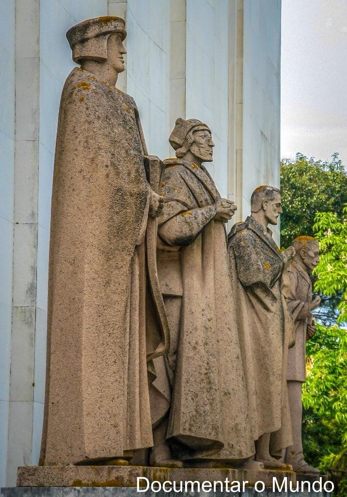 Estátuas à entrada da Biblioteca Nacional de Portugal