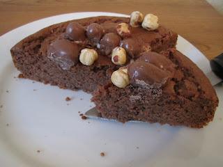 Intérieur moelleux du gâteau aux Kinder Schoko-Bons décoré avec des noisettes et oeufs Kinder