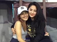 Dewi Perssik dan Ayu Ting Ting Foto Bareng, Netizen Heboh dan Bingung Kaki Depe Kok Begini?