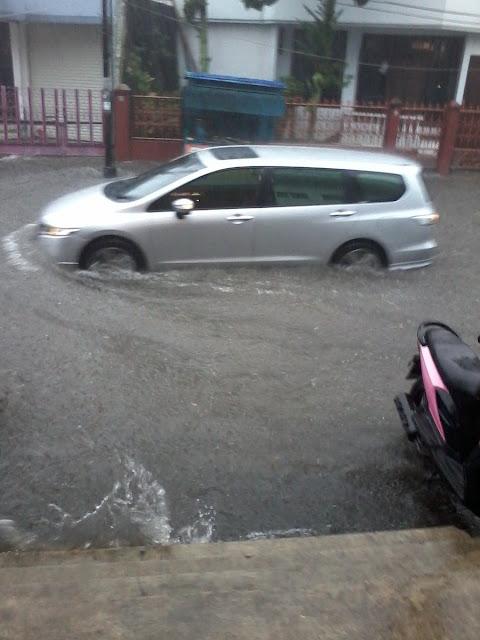 Foto Banjir di Jalan Empang Tasikmalaya. Foto : twitter YukiOjoMaeda.