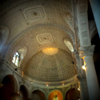 Interior da Iglesia de la Virgem Milagrosa, em Lima