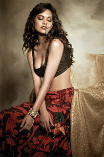 Esha Gupta Close Eyes
