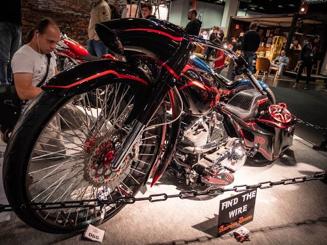 En el frente: 32 pulgadas de magnificencia radiada. En la parte posterior: gigantes altavoces estéreo. Esta moto está hecha para la fiesta.