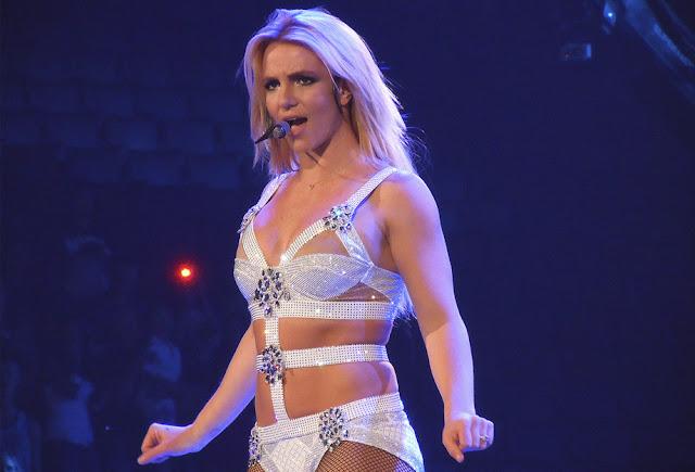 Britney Spears em um dos shows da turnê do album Femme Fatale