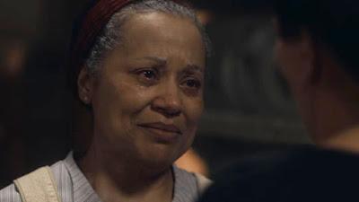 Durvalina (Virgínia Rosa) se desespera ao ser demitida por Lola (Gloria Pires) — Foto: Globo