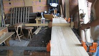 Sargentos o prensas de madera aplicando presión