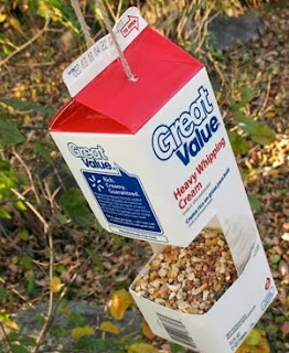 http://www.todomanualidades.net/2013/04/como-hacer-un-comedero-para-aves-de-carton/