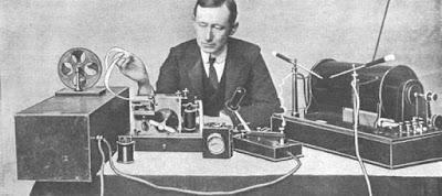 Sejarah Telegram        Meskipun seniman Amerika Samuel Morse (1791- 1872) biasanya diberi pujian atas penemuan telegram, penemuan itu seperti juga penemuan yang lain, adalah hasil karya yang muncul hampir secara bersamaan di beberapa negara, dan karya-karya itu merupakan lintasan-lintasan kecil berbeda yang ditempuh untuk memperoleh penyelesaian atas persoalan yang sama. Meskipun Morse sudah memikirkan gagasan itu pada sekitar awal-awal tahun 1842, jalur pertama yang bisa berfungsi dengan menggunakan prinsipnya baru dibuat setelah tahun 1844 yang menghubungkan Baltimore dan Washington D.C.  Persoalan mengkomunikasikan informasi ke tempat yang jauh sudah dilakukan dengan menggunakan banyak sistem yang masih primitif, termasuk sinyal visual seperti asap atau cahaya dari tempat pengirim sinyal di antara orang-orang Amerika Asli, memukul tambur pada jarak beberapa mil di Afrika dan hutan Brazil. Pada Revolusi Perancis, Claude Chapp memperkenalkan sebuah sistem semafur, yang dipasang pada jarak-jarak 6 sampai 10 mil di puncak-puncak bukit untuk mengirimkan sinyal. Sistem seperti itu telah dipikirkan lebih dari satu abad sebelumnya oleh Robert Hooke (1635-1703).  Sistem Chapp setelah dipasang memang cukup praktis. Sinyal dari Paris ke Lille yang berjarak 130 mil bisa dibaca dalam 2 menit. Napoleon memanfaatkan pengiriman informasi pada sistem semafur ini. Pada tahun