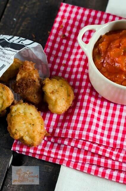 buñuelos-patata-bacalao-salsa-pisto1