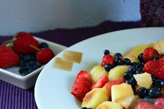 Rezept für gebratene Gnocchis mit Beeren und Pfirsichen