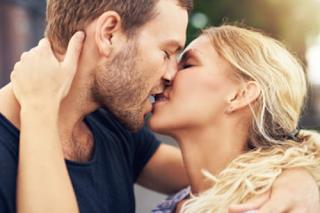 Liebespaar, dass sich küsst - voller Hingabe, harmonisches Miteinander, viel Kraft
