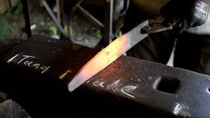 外国人による日本の刺身包丁の鍛造