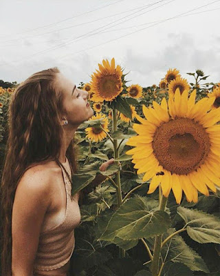poses tumblr oliendo girasoles