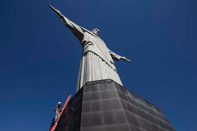 Krisztus szobor javítása a villámcsapás után