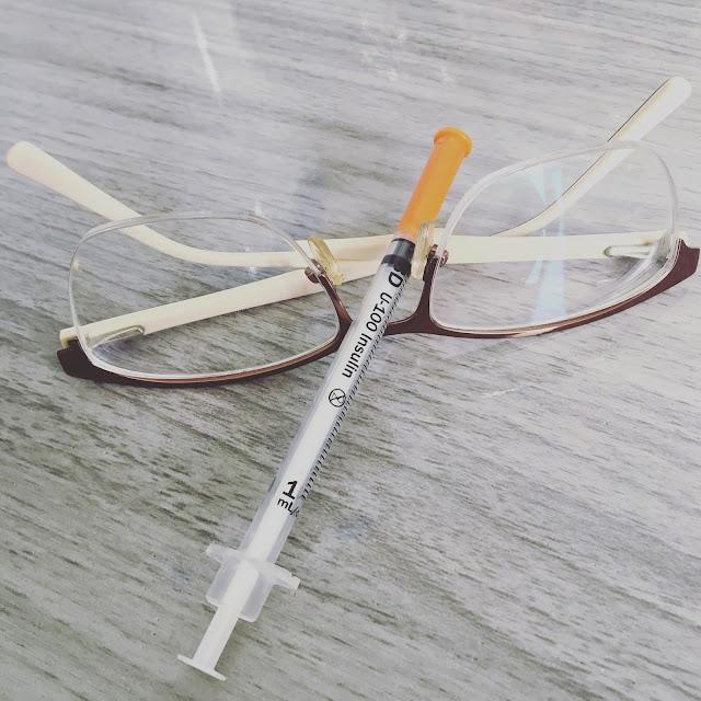 oculos e seringa de insulina