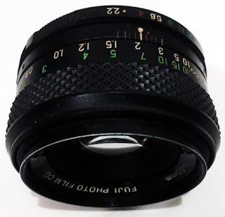 Lensa Fujinon tampak tengah