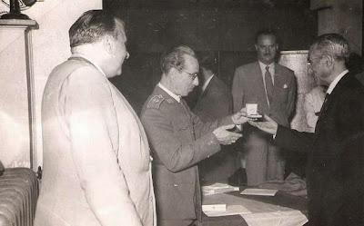 Entrega de medalla al Presidente del Club Ajedrez Ruy López Tívoli, Mario Felip en 1951