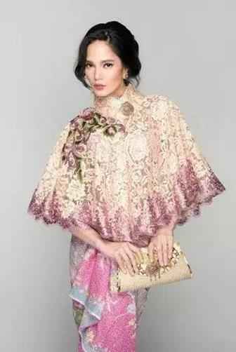 Contoh Baju Batik Kombinasi Brokat Yang Simpel Dan Modis