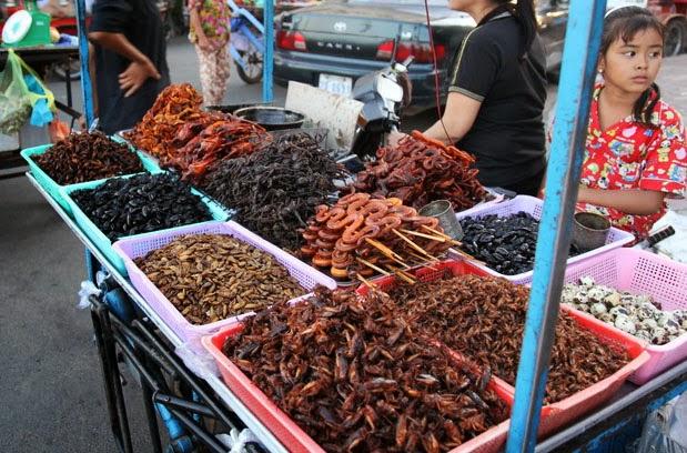 Xe đẩy món ăn côn trùng bán khá nhiều nơi ở Phnom Pênh