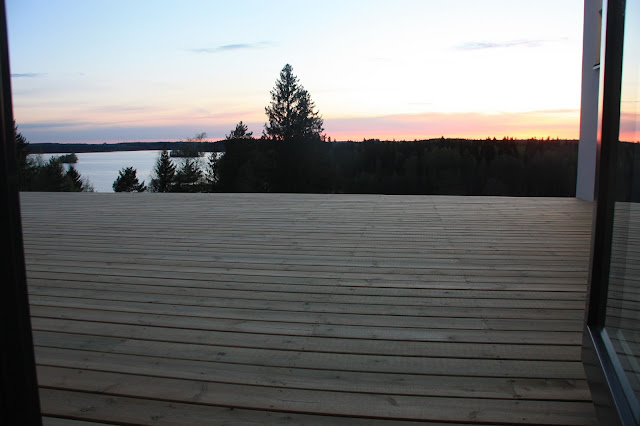 Puuta ja kiveä -raksablogin valmis terassi auringonlaskussa.