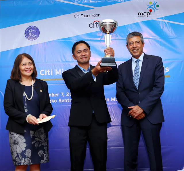 2018 CMA Microentrepreneur of the Year Fishball Manufacturer Erwin Ramos (center)  receives his award from Bangko Sentral ng Pilipinas Deputy Governor Chuchi Fonacier (left)  and Citi Philippines CEO Aftab Ahmed.