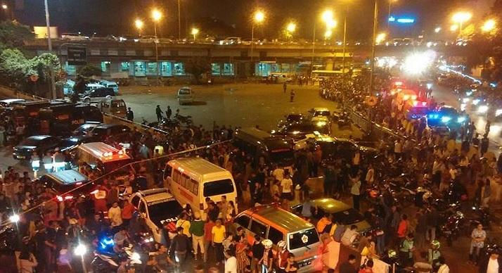 Warga lihat TKP di Terminal Kampung Melayu sampai melintasi garis batas