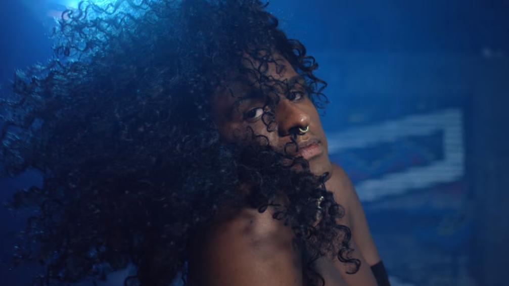 """O clipe de """"Fogo em Mim"""" é a primeira amostra visual do novo EP do rapper, """"Balanga Raba""""."""
