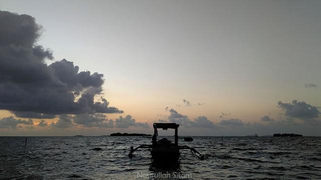 Kapal yang tertambat di pantai