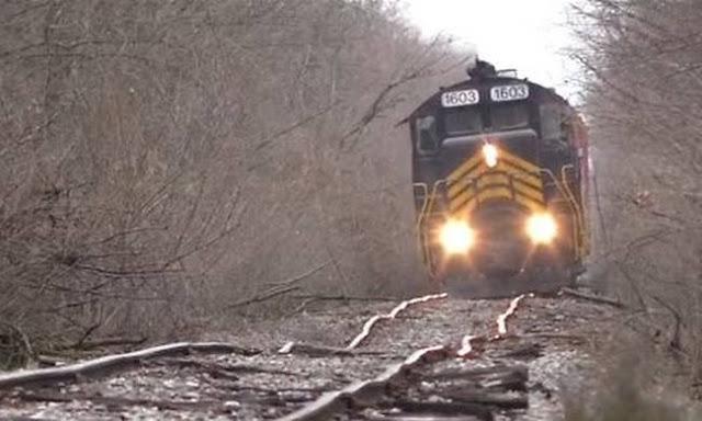 Οδηγός τρένου δίνει μάχη να το κρατήσει πάνω σε διαλυμένες γραμμές. Δείτε τι ακολουθεί... (video)